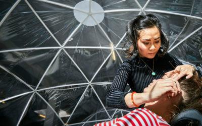 Ondanks doofheid en kanker opent Rotterdamse eigen wenkbrauwsalon